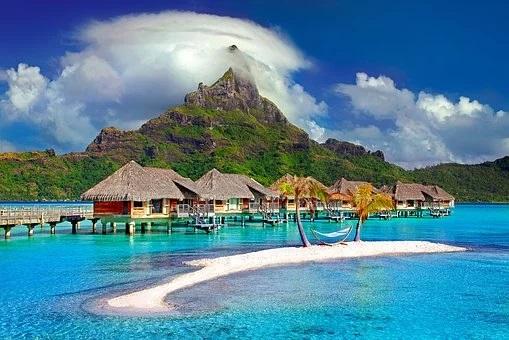 Mar azul turquesa, playas de arena fina, bungalow sobre las aguas, paisaje paradisiaco de fondo. Simplemente la imagen de Bora Bora