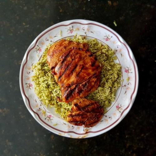 Arroz verde con pechuga de pollo marinada