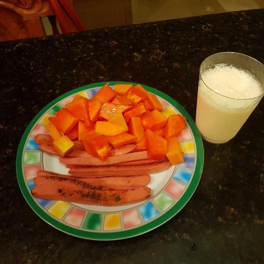 Papaya con salchicha de pavo y leche