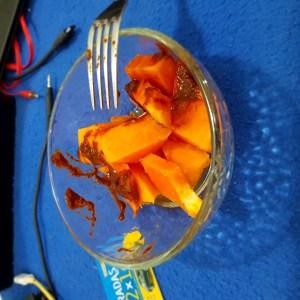 Papaya con salsa bufalo