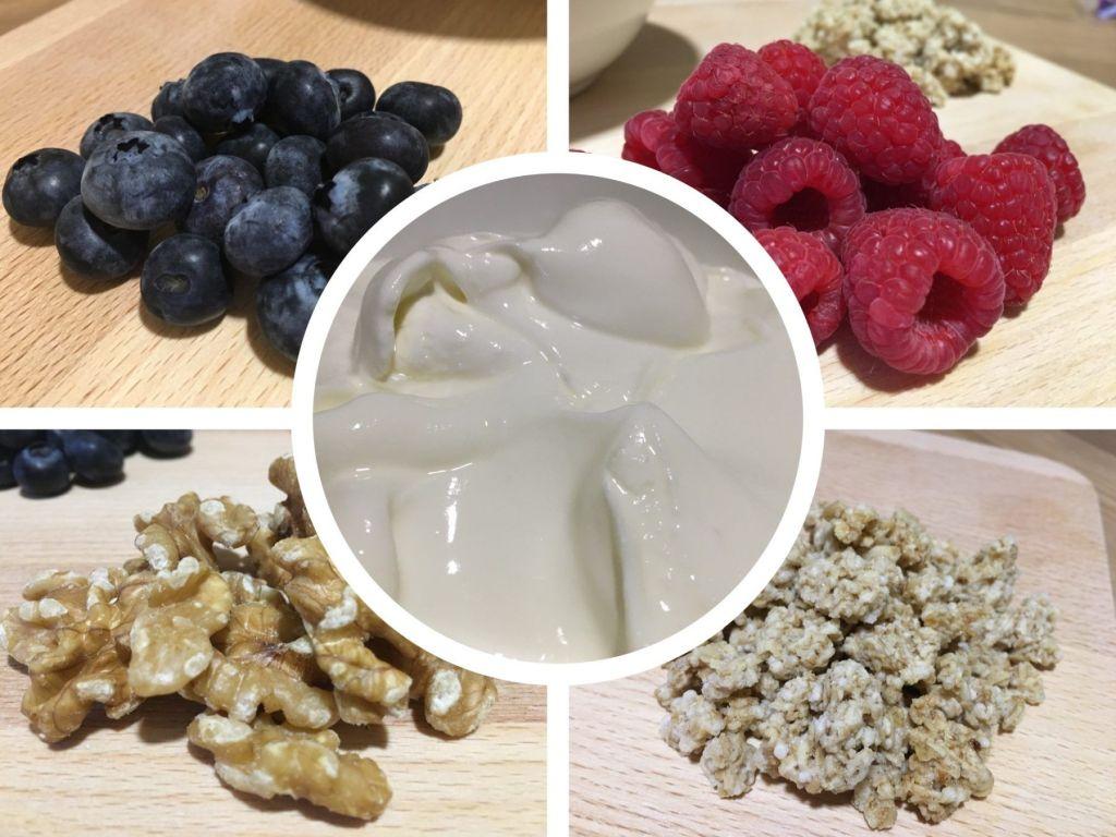 yogur griego con cereales nueces y frutos rojos