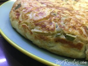 tortilla de patata con cebolla y pimiento