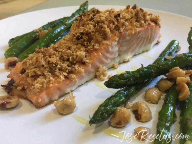 salmón con espárragos y avellanas