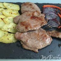 Presa ibérica a la plancha con guarnición de verduras al horno