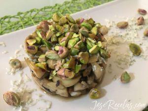 Presentación timbal de setas con pistachos