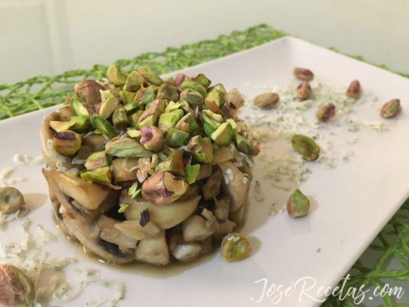 Timbal de setas con pistacho y queso azúl danés