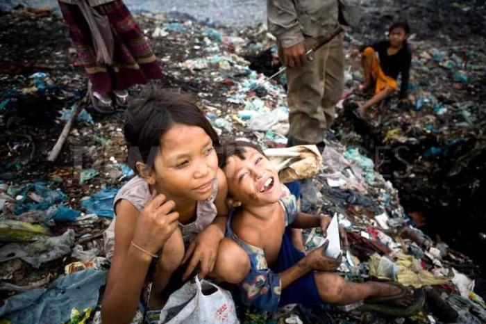 people-living-in-a-garbage-dump-in-cambodia_35403