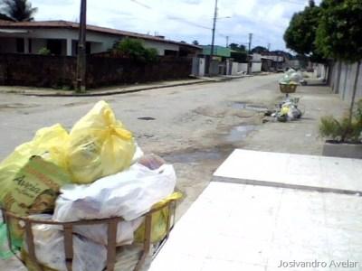 Outro ponto do bairro na manhã de hoje. E nada do lixo ser recolhido pela coleta.