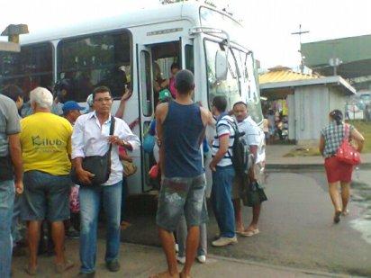Gente na pista do terminal? Só em João Pessoa mesmo. Não, só na Integração do Varadouro. Foto de 2012.
