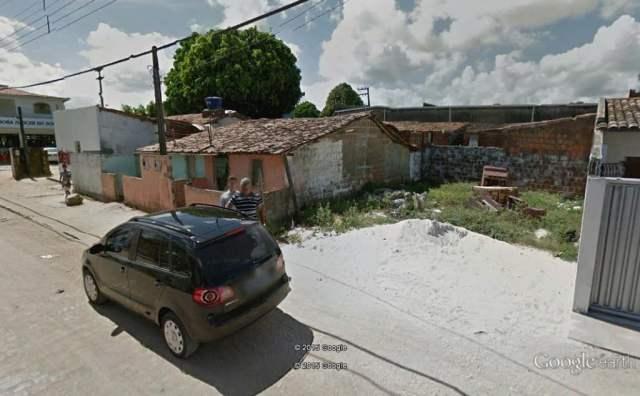 O estacionamento do supermercado chegou até o muro do canto direito. Terreno e as casas da esquerda não existem mais.