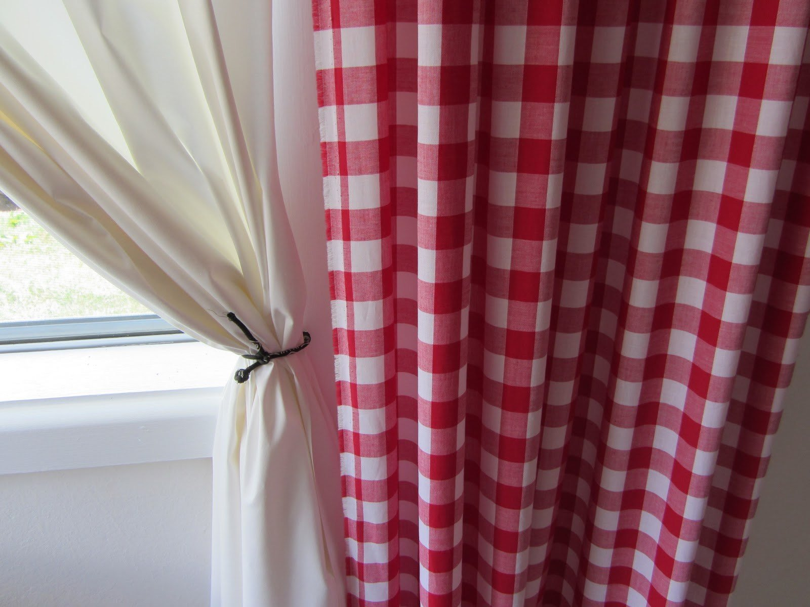 Best Red And Black Bedroom Curtains Khabars Net Khabars Net With Pictures