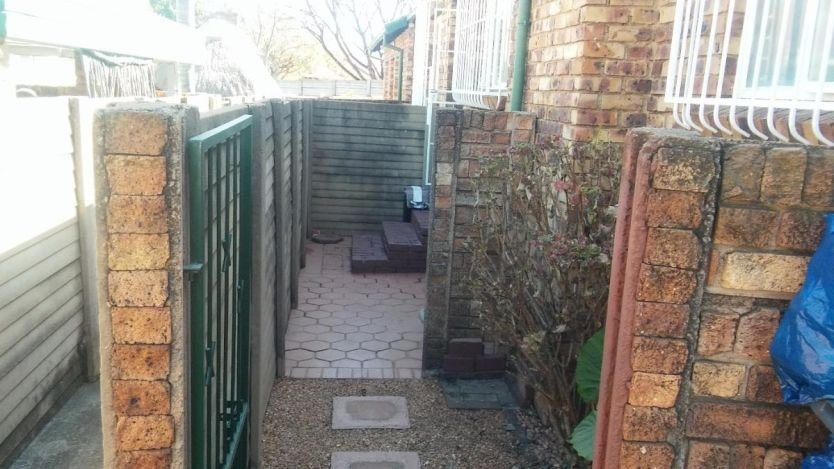 Best 2 Bedroom Townhouse Sectional To Rent In Die Hoewes With Pictures