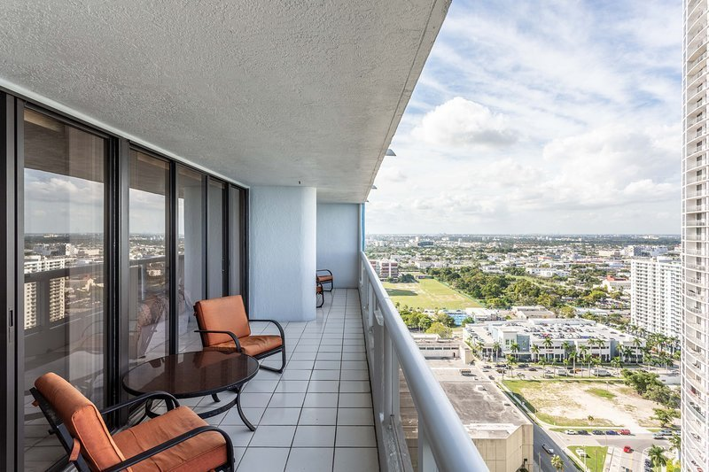 Best 3 Bedroom Condo With Stunning Balcony View Has Parking And With Pictures