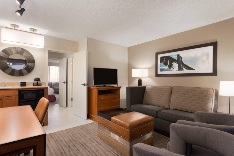 Best 2 Room Corner Premium Suite 1 King Bed At Embassy Suites With Pictures