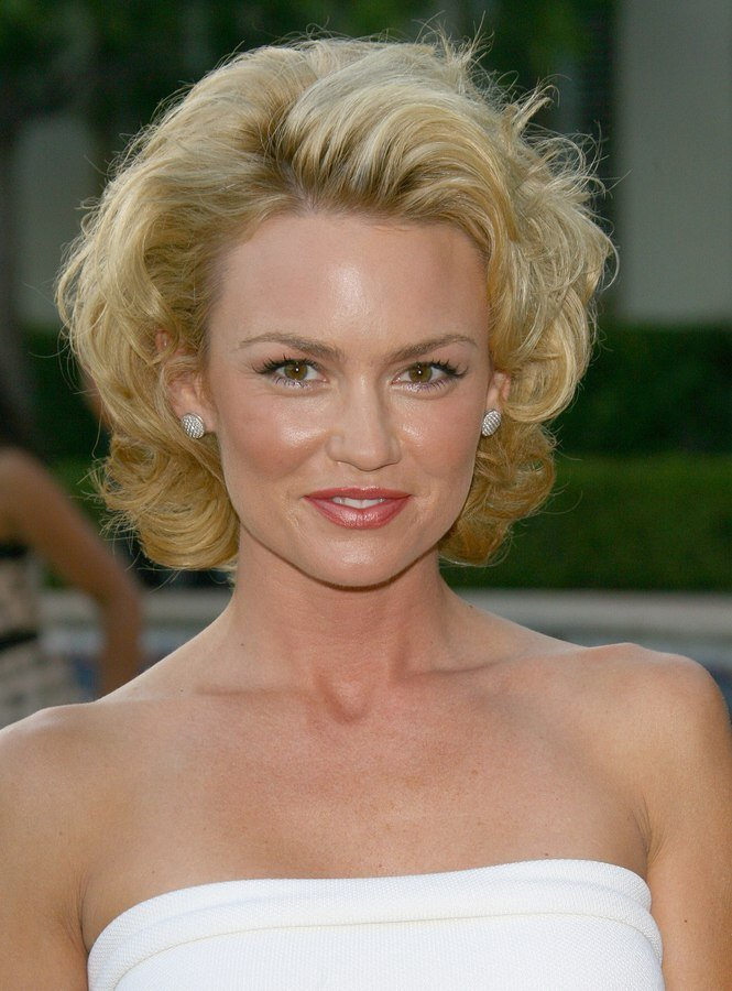 Free Kelly Carlson With Her Hair Styled For A Marylin Monroe Look Wallpaper