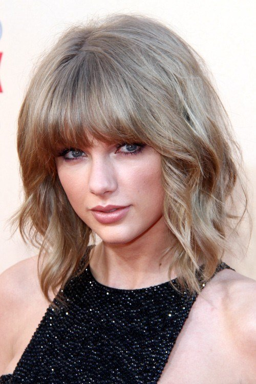 Free Taylor Swift Wavy Light Brown All Over Highlights Barrel Wallpaper