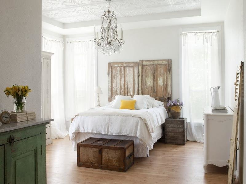 Best Bloombety New Cottage Style Bedroom Decorating Ideas With Chandelier Cottage Style Decorating With Pictures