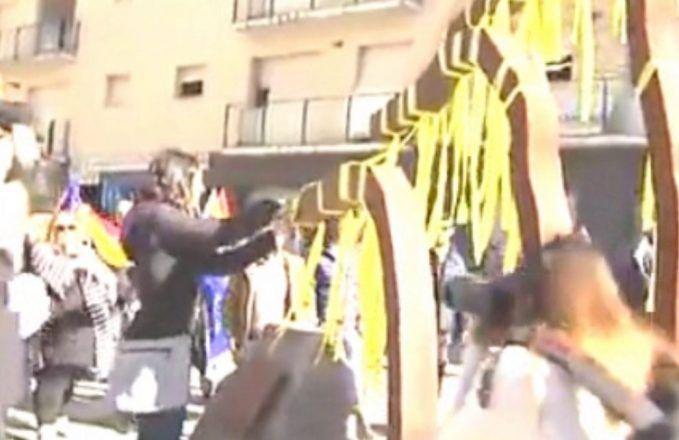 """""""¡Fuera de aquí hijos de p*ta!"""". Recibimiento a Arrimadas tras cortar lazos amarillos en Amer, el pueblo de Puigdemont"""