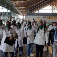 Vídeo | Aplausos y claxons a un grupo de médicos cubanos que aterriza en Madrid para combatir la crisis sanitaria