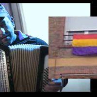 Agreden al músico Javier Cuesta por tener una bandera republicana en memoria de Julio Anguita colgada en el balcón
