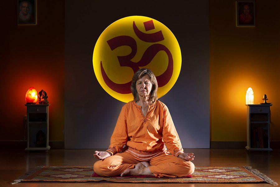 fotografía editorial de persona meditando