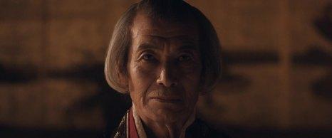 Tanaka Min 田中 泯 interpreta Asano Naganori 浅野 長矩, benevolo signore del feudo di Akō 赤穂.