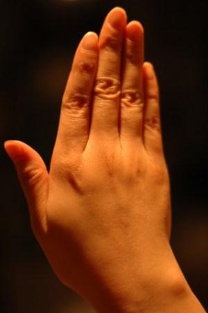 手の甲のぶつぶつ(湿疹,水泡)の原因は?かゆい場合は病気の可能性も?