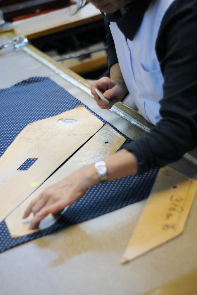 les tapes de la confection d 39 une cravate sur mesure journal artling. Black Bedroom Furniture Sets. Home Design Ideas