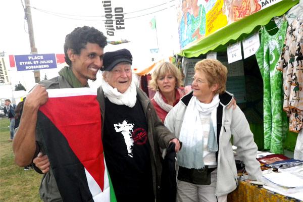 René Vautier à la Fête de l'Humanité en 2012 avec Michèle Decaster à droite et un jeune résistant Sahraoui réfugié en France©AFASPA/ccas