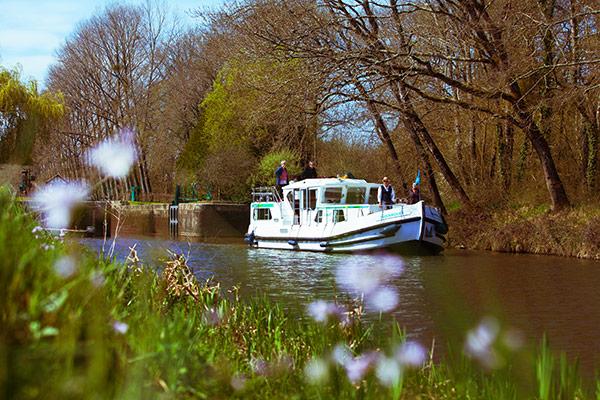 A bord d'une pénichette Locaboat sur le canal de Nantes à Brest©C.Crié/ccas