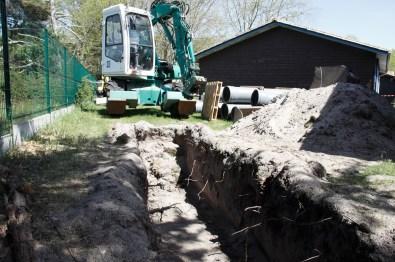 Pour mettre en place les canalisations, on creuse des tranchées autour des gîtes