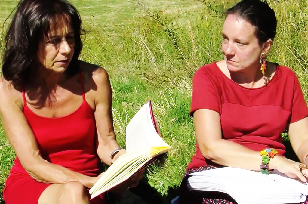 Claudine Hunault et Nathalie Milon lisent sur l'herbe