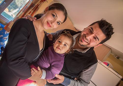 Famille de réfugiés albanais dans un bungalow CCAS © Eric Raze/CCAS