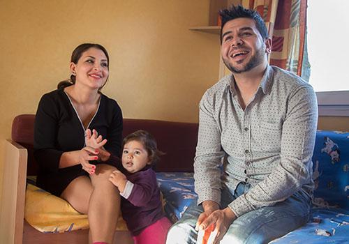 La Famille Florida, immigrée d'Albanie, se détend dans un bungalow CCAS © Eric Raze/CCAS