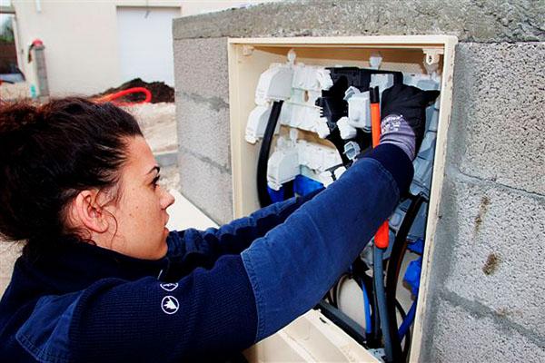 Laura Thizon, technicienne réseau et clientèle à ERDF Gradignan, met en réseau un lotissement dans l'agglomération Bordelaise © Noémie Coppin/CCAS