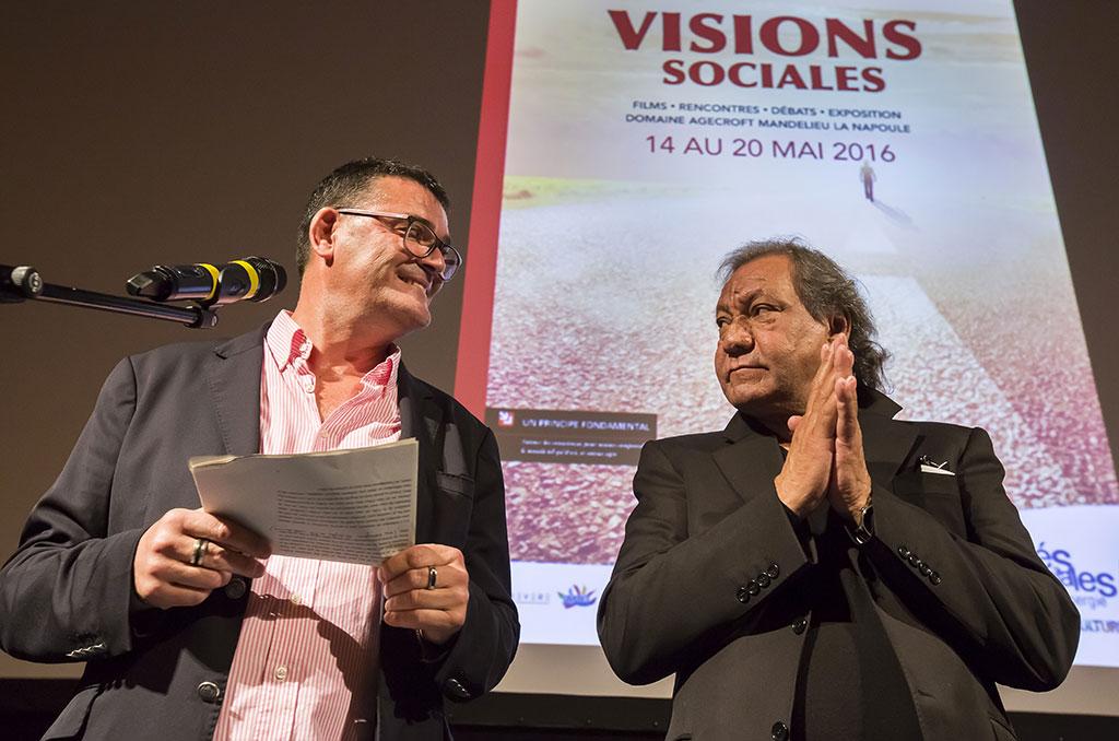 Ouverture du festival par Michel Lebouc, en présence de Toni Gatlif (à droite), parrain de Visions sociales 2016. © Eric RAZ/CCAS