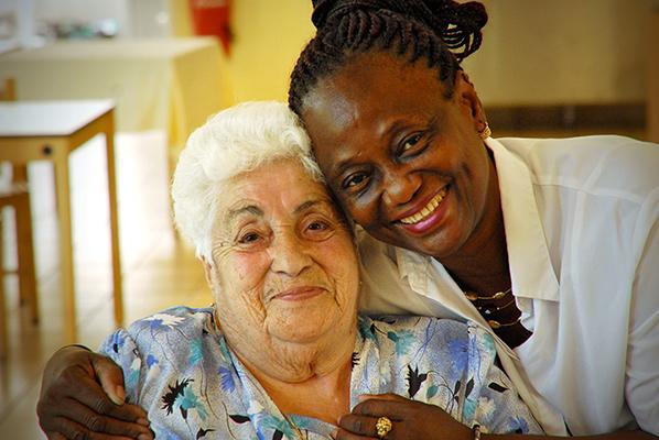 Violette avec une soignante de la Résidente de l'établissement EHPAD d'Andilly EDF GDF ©J.Marando/ccas