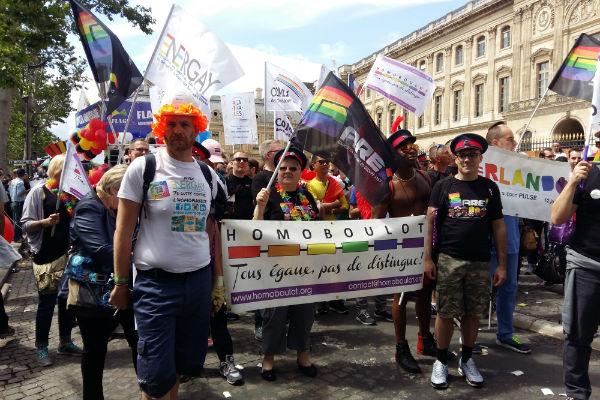 Les membres d'EnerGay (à g., Benoît Dogneau, vice-président) défilent à la Gay Pride 2016, à Paris. Crédits : Tiffany Princep/CCAS
