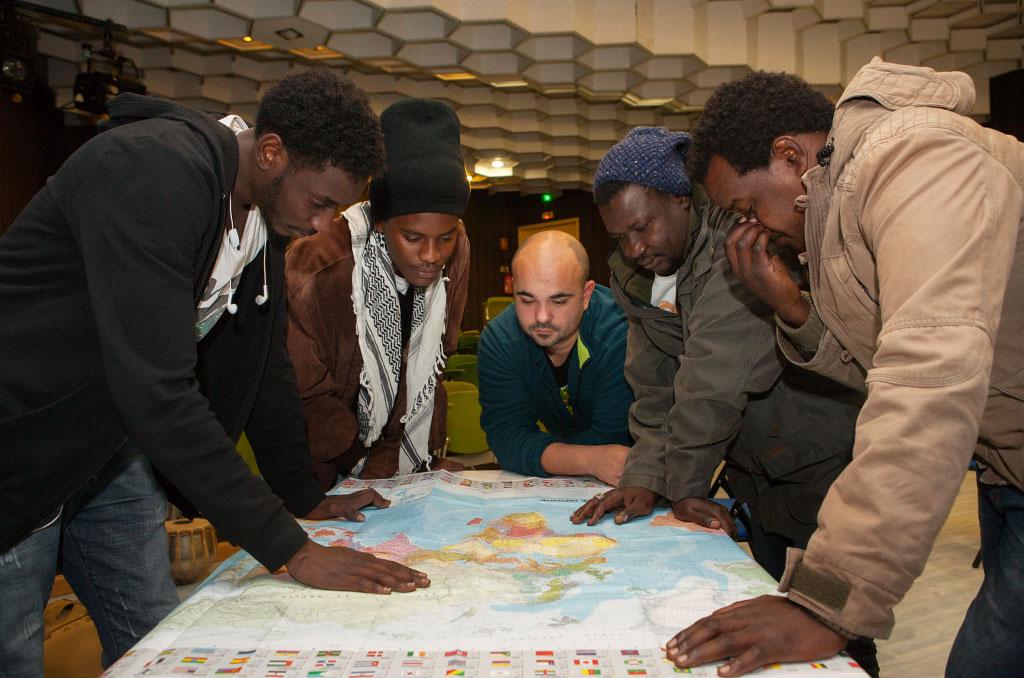 Pour la plupart ils viennent du Soudan. Anthony le gardien de nuit échange beaucoup avec eux dans un anglais approximatif. ©C.Crié/CCAS