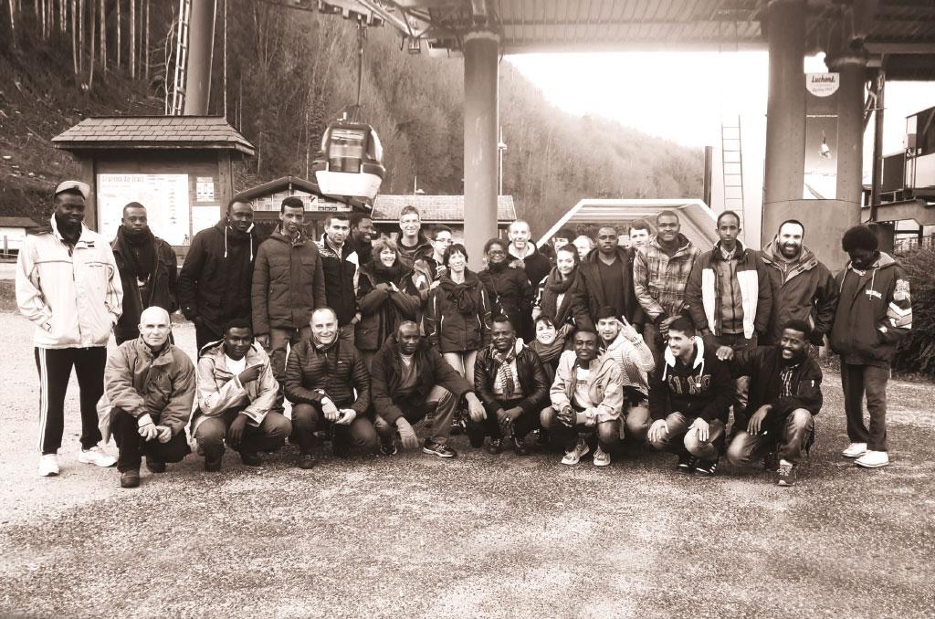 Photo de famille avec les membres de la CMCAS Toulouse et les réfugiés accueillis à Luchon l'hiver dernier. ©CMCAS Toulouse