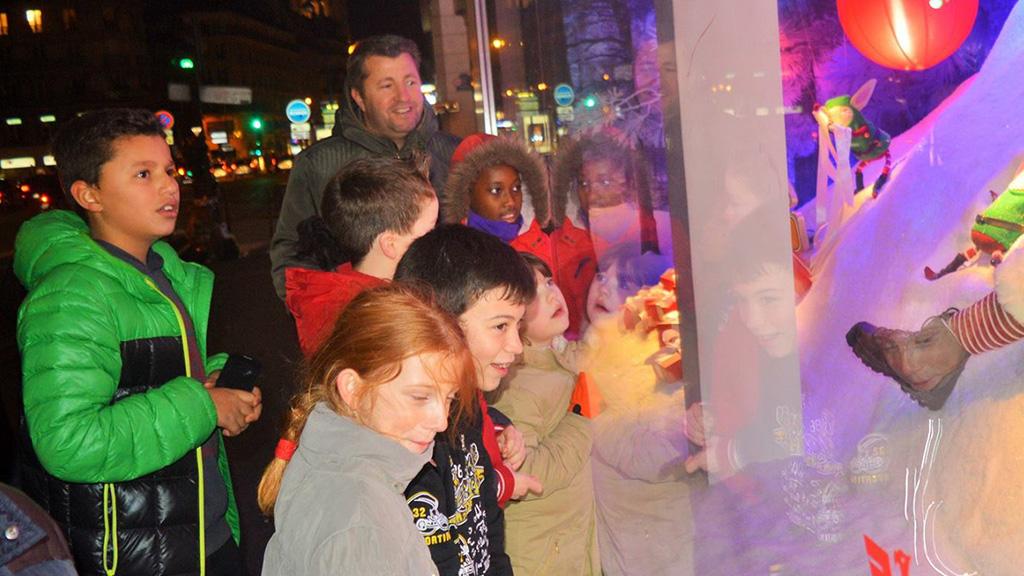 Les enfants devant les vitrines de Noël pendant le séjour à Paris organisé par la CMCAS de Mulhouse. ©DR/CCAS