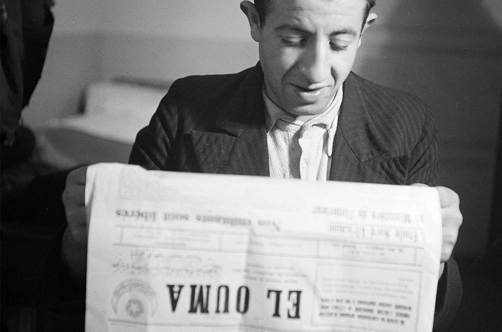 Militant de l'Etoile nord-africaine lisant le journal ©Roger-Viollet