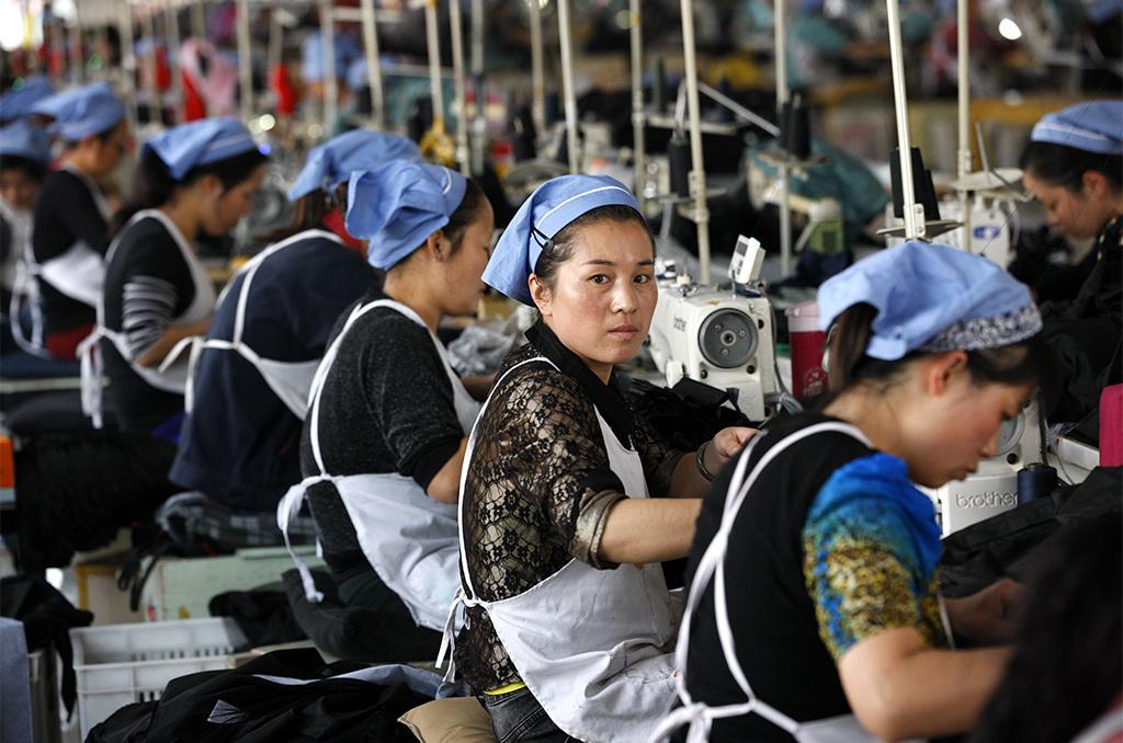Des ouvrières au travail dans une usine textile qui exporte en Europe, à Huaibei, à l'est de la Chine. ©Frame China/Shutterstock