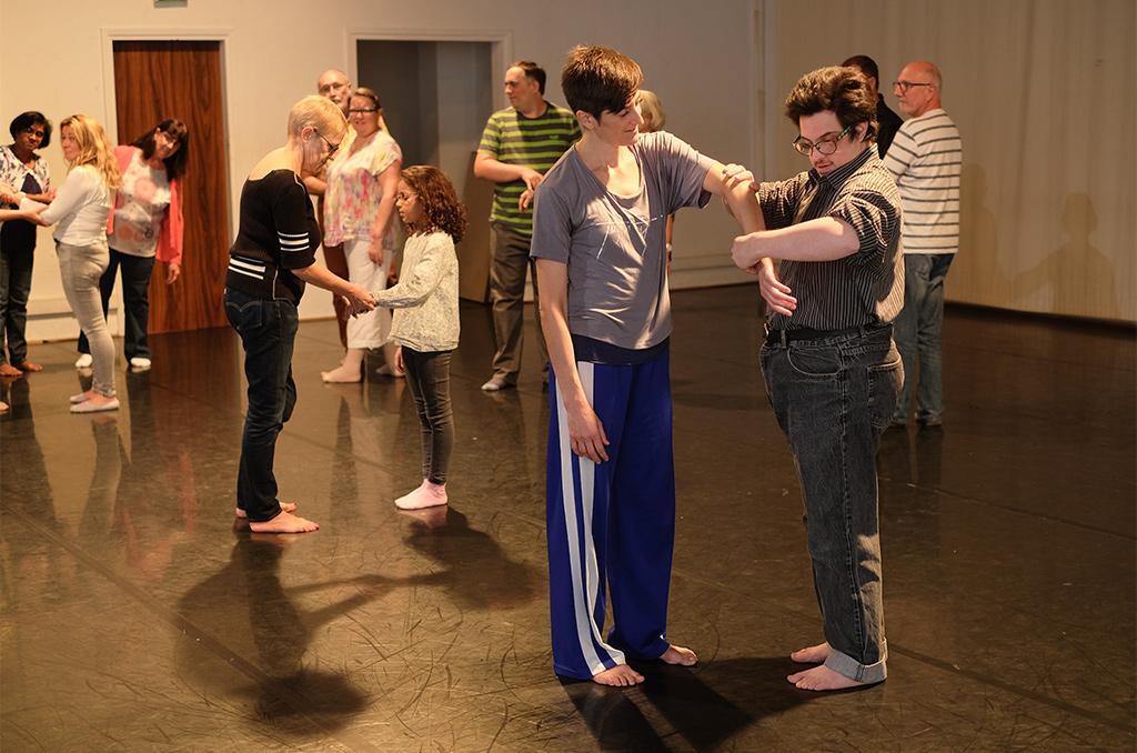 """Atelier """"Si Hand'dansait"""", animé par deux chorégraphes-danseurs. ©Charles Crié/CCAS"""