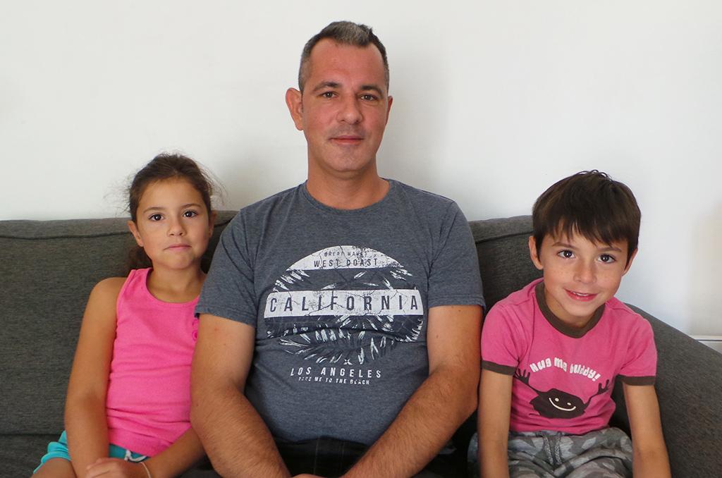 Erwan Goulhot entouré de ses deux plus jeunes enfants. ©Mathilde Normand/CCAS