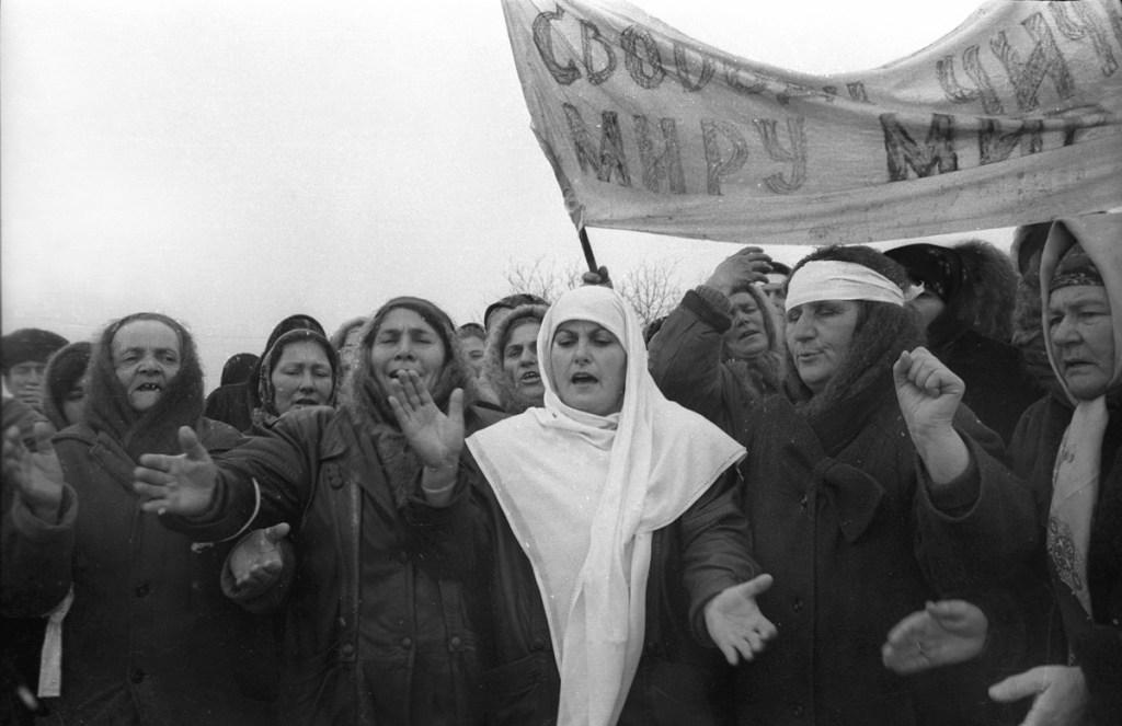 Чеченские женщины на трассе ведущий в Грозный протестуют против ввода федеральных войск. Декабря 1994
