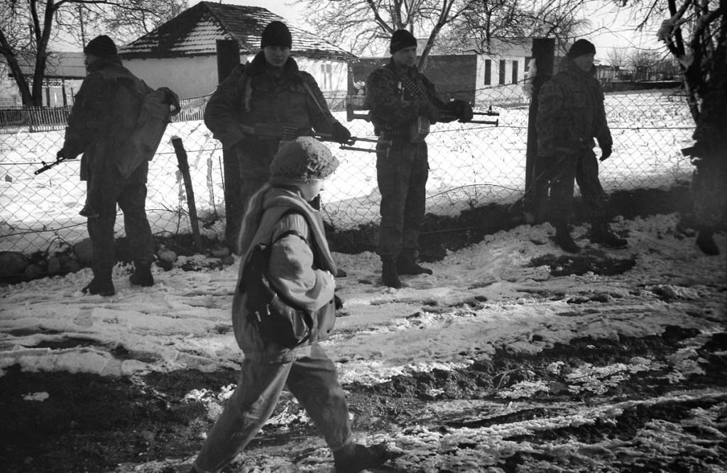 Девочка и солдаты, март 1995