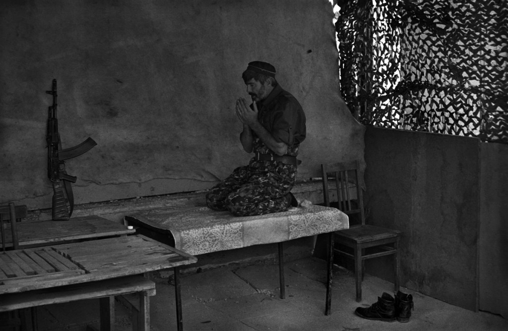 Чеченский солдат молится перед боем, 1995