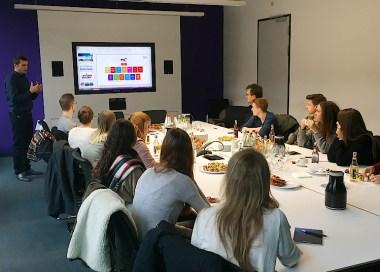 Christian Körner, Bereichsleiter Kommunikation der RTL Mediengruppe, stellt den Studierenden das Programmangebot vor.