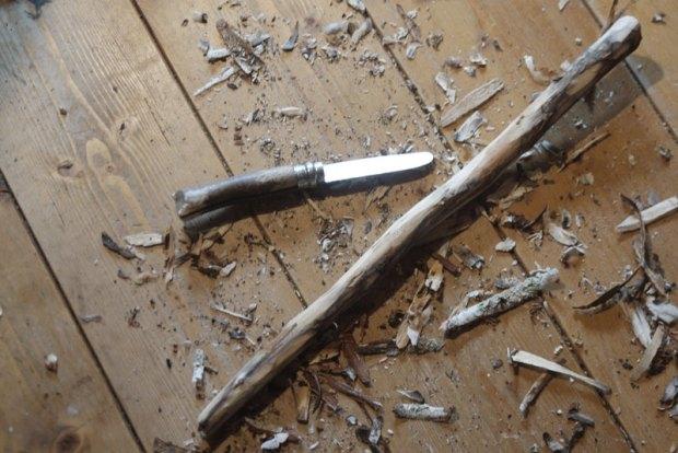 Dans la maison aussi on travaille le bois, un opinel et une branche de bouleau ramassée lors d'une ballade. Enlever l'écorce pour voir apparaitre le clair de l'aubier.